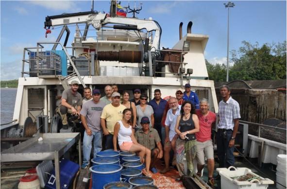 Les participants au 2ème leg de l'expédition avec l'équipage de l'Hermano Gines Au premier plan, les fûts d'échantillons
